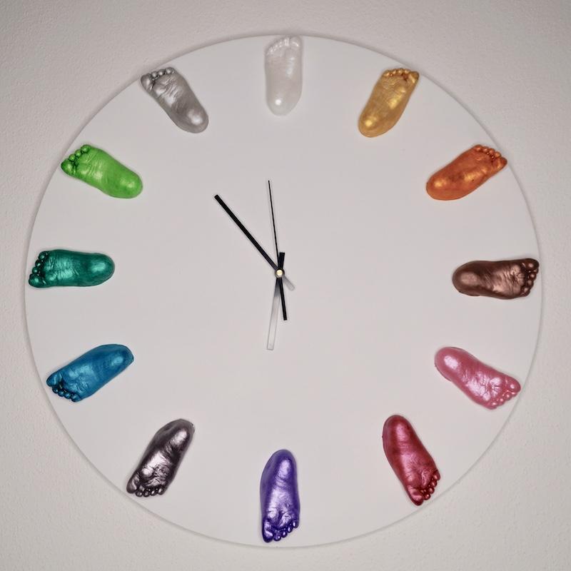 Uhr mit abgeformten Babyfüßen