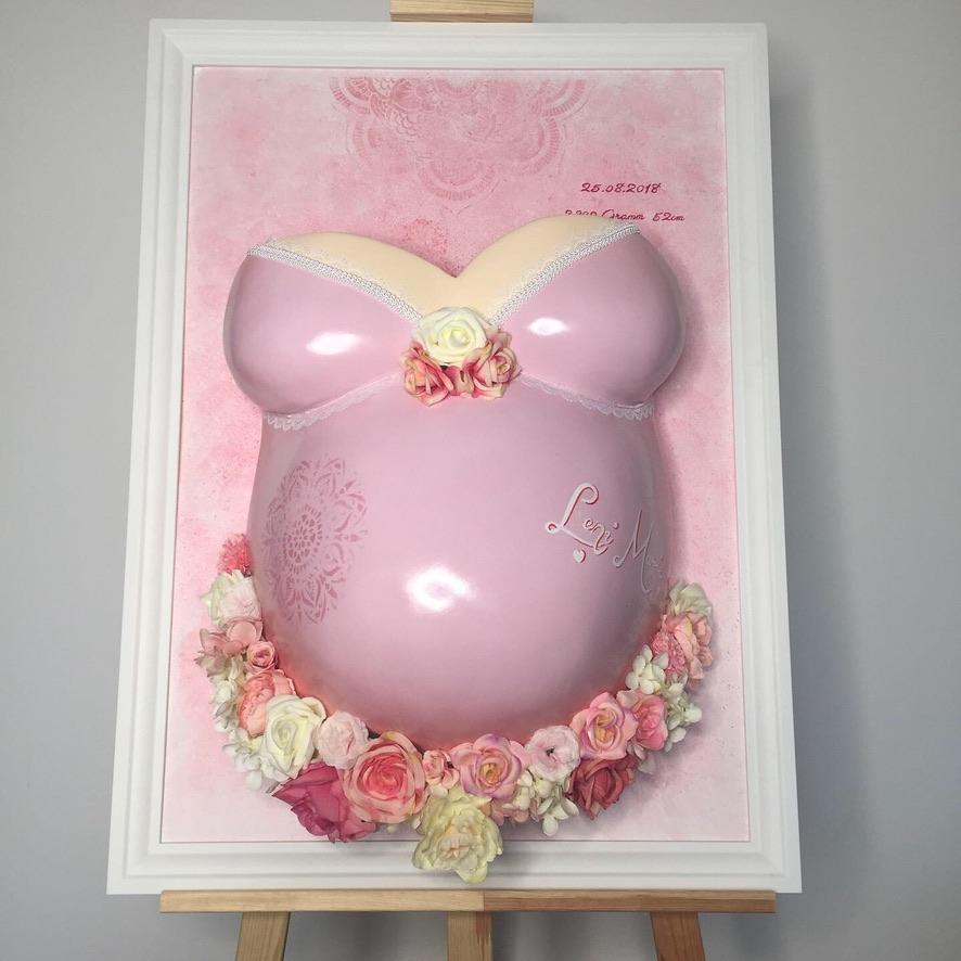 Gipsabdruck vom Babybauch in rosa gerahmt