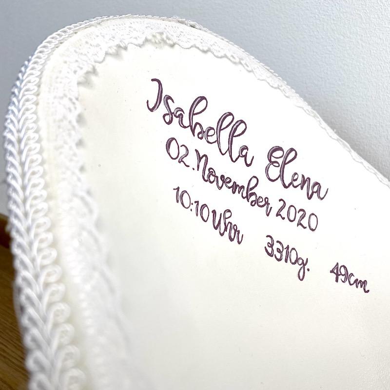 handgeschriebene Geburtsdaten in einer Belly Bowl